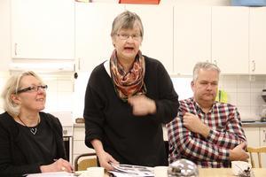 Ingrid Olsson säger att bygderådet i Ramsjö ska fortsätta spela stor roll. Hon flankeras här av Sigrid Petersén och kommunens fastighetschef Anders Berg.