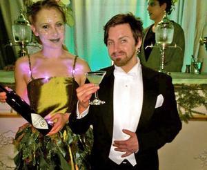Henrik Larsson och en barvärdinna under fjolårets Nobelefterfest.