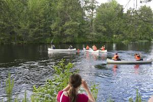 Den populära kanotpaddling i Ljusnan avslutade företagsfejden på Storön.