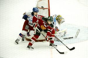 Mora, här genom Alexander Hilmerson, svarade för en uppryckning i andra perioden. Men AIK-lånet Markus Svensson höll tätt.