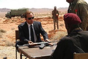 Nicolas Cage spelar vapenhandlaren Yuri Orlov, vars verksamhet närmast glorifieras i Lord of war.