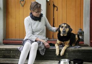 Helena Lundbäck med hunden Valle som drar med henne ut på promenader.
