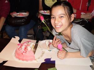 Det blev födelsedagstårta på lördagen för Beverly Law som fyllde tolv år. Det firade hon på söndagen med att SM-brons.Foto: Julia Stridh