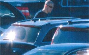 Fast! Här filmar polisen hur 27-åringen kliver in i och försöker starta en av de stulna bilarna. Ett starkt bevis mot honom. Foto: Polisen