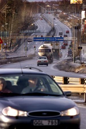 E 18, Karlskoga. För tjugo år sedan inträffade en dödsolycka på genomfartsleden. Enligt skribenten orsakades olyckan av att en lastbil körde mot rött ljus och alldeles för fort innan den kolliderade med en personbil.Arkivbild: Håkan Risberg