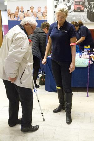 Skor sig. Inge Svensson från Hallstahammar provar ett skohorn med snöre och klämma, lätt att bära med sig och underlättar för de som har svårt att böja sig. Bredvid Anna Skaring från företaget Säker Senior.