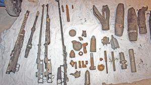 Några av de vapen som dykaren Mats Karlsson hittade i sjön utanför Kolsva.