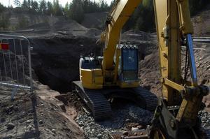 Sanering. Enorma massor av grus och sten grävs upp för stoppa lösningsmedlet gå ner i grundvattnet. Det kommer att ta tid och kosta stora summor att sanera platsen.