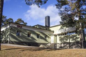 Med bestörtning läser vi att det fina gamla badhuset i Hallstavik skall rivas. Låt oss få behålla ett av Hallstaviks landmärken, skriver fem företrädare för Roslagens oberoende parti.