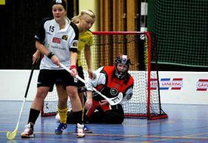 Holmsunds Sara Orebrant väntar på bollen framför Wifstamålvakten Anna-Eva Rahmqvist.
