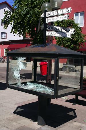 Sönderslagen. Glasmontern med reklam för Zornmuseet slogs sönder natten till lördgen och inehållet försvann.