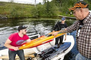 Då och då kapsejsar båtarna. Robin Johansson åker ut och hämtar dem. Här får han hjälp av Clifford Olsson (till höger).