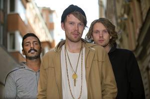 """""""Musiken har format ens politiska uppfattningar, det har gått hand i hand"""", säger Peder Stenberg, sångare i Deportees. Bandet släpper nu sitt fjärde album, """"Islands And Shores""""."""