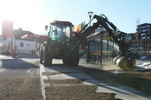 Traktorföraren Alf Svensson grovsopar bort de värsta grusmängderna.
