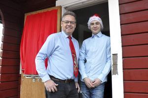 Radio Hedemora hyr sin radiostudio från Folkets Park i Hedemora. Tommy och Linus Samuelsson hinner dock fira jul, även om de hela tiden har koll på att den förinspelade sändningen fungerar.