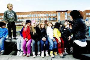 Ansiktsmålning var ett populärt inslag på fritidshemmets dag på Östbergsskolan, de som målade fick ligga i för att arbeta sig genom kön.