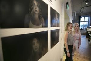 Intäkterna från bilderna som är till salu går också de till Nepal. På bilden står Hanna Tällberg och Hanna Westerberg framför Hannas porträttserie.