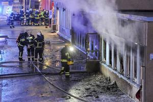 Fem personer har förts till sjukhus efter en anlagd brand i en moské i Eskilstuna. Enligt polisen startade branden genom att ett föremål kastades in genom fönstret.