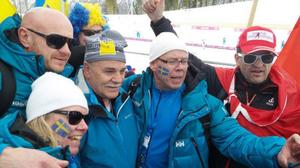 Rudi Cologna, stolt guldpappa i mitten av bilden där vi också har Karl-Ivar och Carina Jönsson, som hoppades på samma utdelning för sonen Emil. De var nog även glada när det blev brons. På bilden även en annan Emil-supporter samt längst till höger schweizaren Marco Müller som hade OS-historiens största koskälla. Han har förresten en stuga vid Ismunden och har nyligen skaffat en tvåa i Östersund. Foto: Thord Erik Nilsson