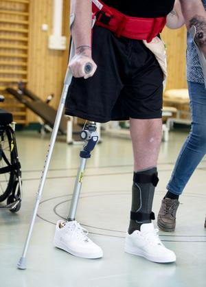 Med hjälp av kryckor och det nya högerbenet tränar William att gå några steg i taget.