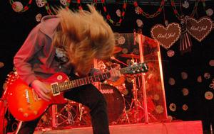 Häftig rockmusik hörde till inslagen.