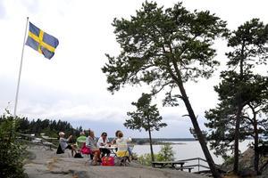 Fikapaus på berget vid Arholma dansbana med utsikt över fjärden. Foto: Hasse Holmberg/Scanpix