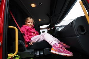 Öppet hus hos räddningstjänsten i Fagersta. Elsa Sjölund, fem år, passade på att provsitta en brandbil.