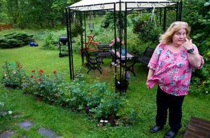 Rosenbusken på bilden för var några dagar sedan överfull med röda rosor, berättarÅsa Morberg. Men efter att rådjuren har festat klart på blommorna finns inte många kvar. Nu vill Åsa Morberg ha hjälp med att skjuta djuren.
