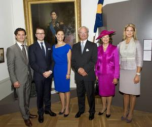 Familjen Bernadotte. Det svenska kungahuset är en maktfaktor. I sitt arbete representerar familjen Bernadotte Sverige, våra företag och vår nation. Därför framstår det som fullkomligt orimligt att vi i dag, 2011, fortfarande nöjer oss med svenska journalister som fjäskar snarare än granskar.