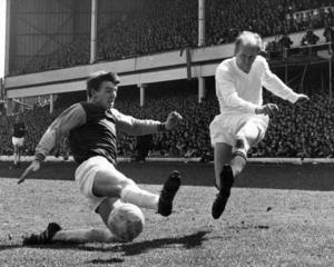 Sir Bobby Charlton (till höger) var en av spelarna som överlevde flygolyckan i München och blev en spelare som Busby byggde det nya laget kring.