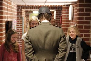 Några elever stöter på en gränspatrullerande tysk soldat i en av korridorerna i litteraturhuset Trampolin.