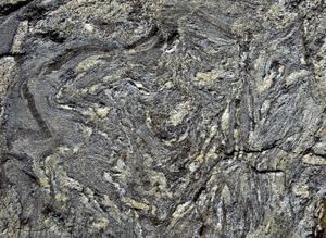 Så har den ursprungliga grå stenen smälts, knådats om och varvats med mindre smält material till lager och vindlingar, som i ett urspårat smördegsbak.