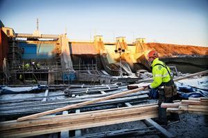 Många lokala företag är involverade i byggprojektet vid Degerforsen.
