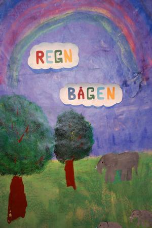 Regnbågen är en av kommunens dagliga verksamheter där de som arbetar målar och jobbar med färg och form.