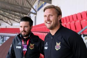 Björn Hamberg, assisterande tränare  (till höger) och Jocke Jansson, säkerhetsansvarig i ÖFK