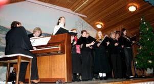 Ljustorps kyrkokör öppnade marknaden med att sjunga julsånger.