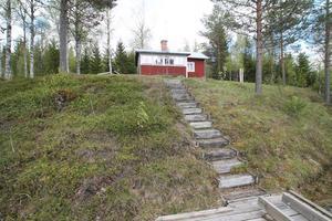 Trappen som leder till bryggan vid sjön.
