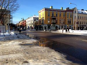 Här på Köpmangatan vill kommunen bygga ett trafikhinder.