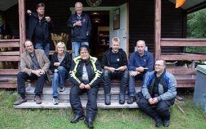 Trevliga och lättsamma är fikaträffarna på måndagarna i klubbstugan. Stående från vänster syns Olle Leek och Curt Sandin. Sittande från vänster Åke Arnesson, Christina Arnesson, Rolf Lekare, Åsa Mårtensson, Göran Grahn och Sebastian Nygren.