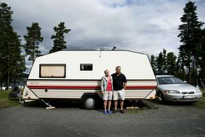Har järnkoll på lasten. Makarna Gunilla och Tommy Lindblad från Uppsala är ute på sin första husvagnssemester och noga med att inte lasta för tungt.