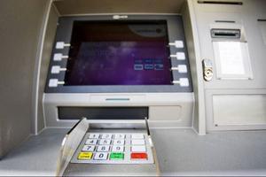 Uttagsautomaten är så nyligen satt i drift och laddad med pengar så bilderna som visar hur man ska vända kortet rätt inte har kommit på plats än.