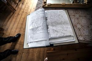 Fram till 1929 ägde kyrkan skolan och i protokollen går att läsa om allt som rörde skolverksamheten.   – Här kan man till exemepel läsa om någon som ansöker om bidrag till skor, säger Elna Linde.