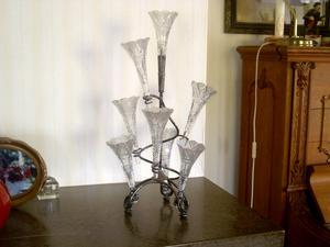 """Håller ställningarna. Catharina Jacobsson i Aspabruk har mejlat den här bilden och berättar att glasföremålet troligtvis kan passa i en sådan här ställning. """"Jag har åtta stycken liknande glasvaser som står i en ställning och som jag har ärvt av min mamma. Den är säkert från tidigt 1900-tal. Den har funnits i mitt barndomshem och jag minns den sedan jag var liten. Vi hade ofta luktärtor i vaserna"""", berättar hon."""