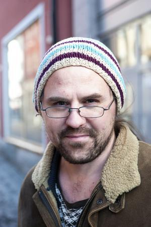 Martin Andersson, 32 år, Falun: Om jag behöver något brukar jag hitta det i secondhand-butiker. De brukar ha bra modeller som passar mig. Jag tänker inte på hur kläderna tillverkas, försöker kanske till och med förtränga det. Jag använder kläder tills de slits ut.