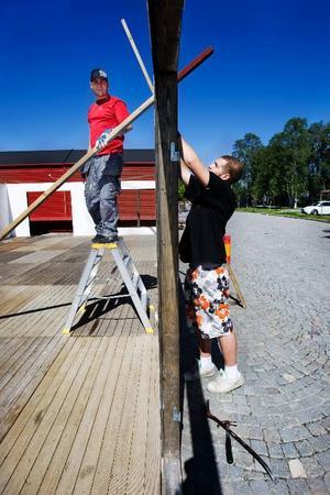 """Johan Ängeflo och Mattias Eén skruvar loss en av väggarna. Det visar sig att väggen där öppningen finns satts på fel plats. """"Vi hade satt den fel. Den ska vara mer till höger"""", säger Johan Ängeflo. Det blir en del tricksande för att få allt att stämma när krogstråket byggs. """"Det är ett riktigt pussel"""", säger Mattias Eén."""