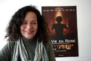 Skådespelaren Susanne Hellström är aktuell för Dalapubiken med sin föreställning Piaf och Jag. Här recenserar hon filmen om Èdith Piafs liv, La vie en rose.