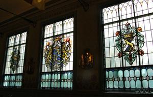De tre ursprungliga fönstren i kyrksalen. I mitten riksvapnet, till höger Kungliga Hälsinge regementes vapen och till vänster det Fockska vapnet eftersom friherren Carl Fock var regementschef när Soldathemmet byggdes.