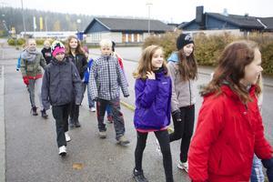 På gång mot allt bättre hälsa är de här femteklassarna i Lorensberga.