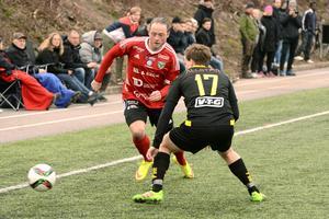 Alexander Sjöström, som gjorde matchens enda mål, utmanar Friska Viljors Adam Olsson.
