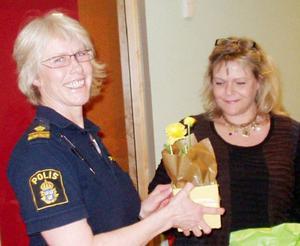 Trafikpolischefen Marianne Holmgren tackades med en blomma av Maud Nässén.